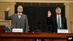 조지 켄트 미 국무부 부차관보(왼쪽)와 윌리엄 테일러 우크라이나 대리 대사가 13일 의회에서 열린 트럼프 대통령 탄핵 조사 관련 공개청문회에 참석했다.