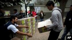 Petugas pemilihan membawa kotak suara di TPS di Lima, Peru, 4 Juni 2016.