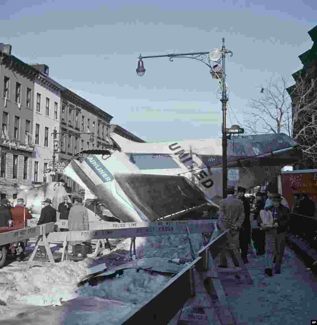 امروز در تاریخ: سال ۱۹۶۰ – بعد از این که دو هواپیما مسافربری در آسمان بهم برخورد کردند، یکی از آنها در بروکلین در شهر نیویورک سقوط کرد. تعداد کل کشته شدگان دو هواپیما و چند نفر در داخل بروکلین بیش از ۱۳۰ نفر بود.