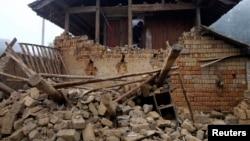8일 중국 윈난성 징구현에서 지진이 발생해 가택이 무너져 내렸다.