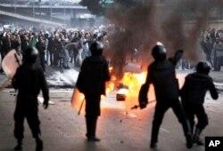 Face-à-face entre les manifestants et la police anti-émeute