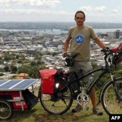 Anh Guim Valls Teruel và chiếc xe đạp điện có thể nạp bằng năng lượng mặt trời.