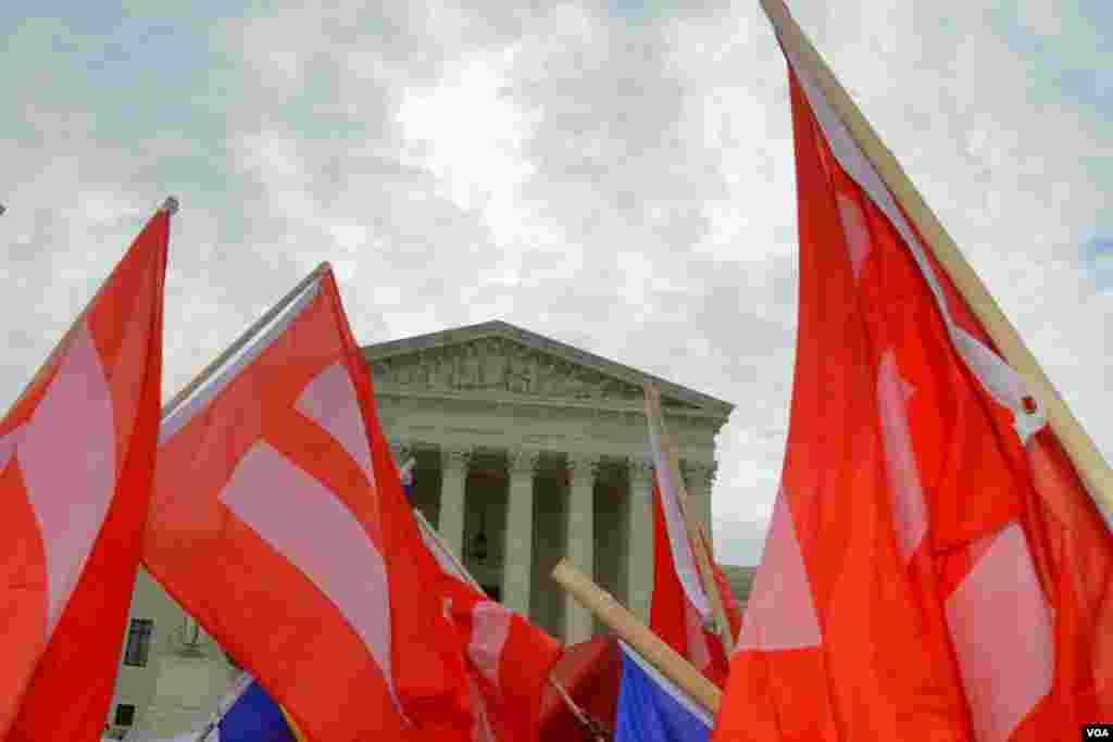 Флаги у здания Верховного суда