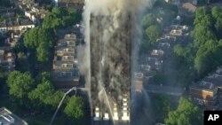 烟雾从英国伦敦西部的一座24层楼的公寓楼升起(2017年6月14日)