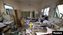 Les dégâts sont visibles à l'intérieur de l'hôpital d'Abs géré par Médecins sans frontières après une frappe aérienne menée par la coalition arabe dans la province de Hajja, au Yémen, le 16 août 2016.