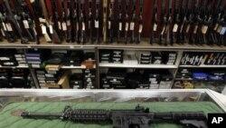 ေကာ္လိုရာဒို ျပည္နယ္ ႐ုပ္ရွင္႐ံုထဲက ပရိတ္သတ္ကို ဝင္ေရာက္ပစ္ခတ္ခဲ့စဥ္ အသံုးျပဳေသာ ေသနတ္အမ်ဳိးအစား AR-15 sstyle rifle (၂၆၊ ၀၇၊ ၁၂)