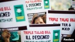 بھارت کے ایوان زیریں سے تین طلاق کے بل کی منظوری کے خلاف نئی دہلی میں خواتین مظاہرہ کر رہی ہیں۔ 4 جنوری 2018