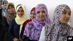 Des électrices s'apprêtent à voter en Libye