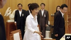 South Korean President Park Geun-hye, center, arrives to preside over a security meeting to discuss the upcoming South and North Korea talks at the presidential house in Seoul, South Korea, June 10, 2013.