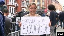 Asanžove pristalice demonstriraju ispred ambasade Ekvadora u Londonu.