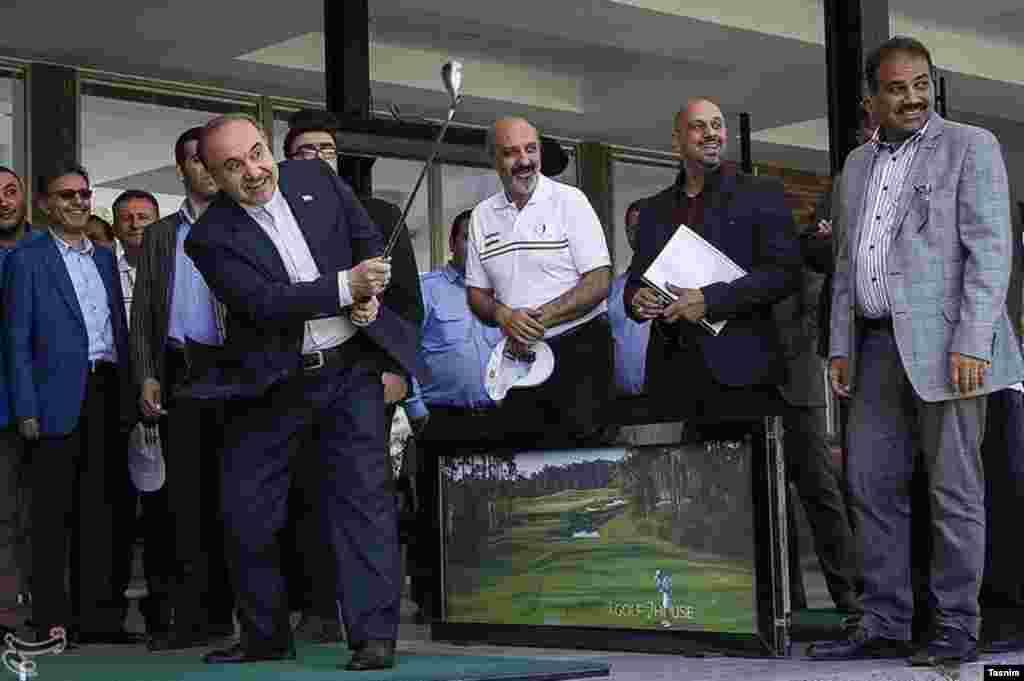 مسعود سلطانی فر، وزیر ورزش ایران در حاشیه مسابقات بین المللی گلف ضربه ای می زند. عکس: عباس شریعتی