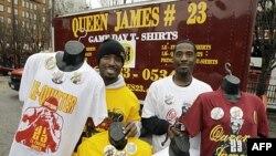 """""""Odbor za doček"""" Lebrona Džejmsa u Klivlendu: Hit nedelje su majice sa natpisima """"Kraljica Džejms"""" i """"Le-gubitnik"""""""