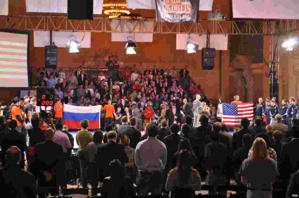 Исполняются российский и американский гимны