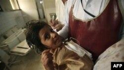 Nhân viên bệnh viện ở Peshawar, Pakistan chăm sóc cho một học sinh bị thương trong vụ tấn công