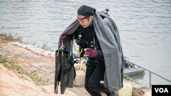 寒冷潮濕的天氣為基隆河邊的潛水搜救人員帶來大大的挑戰。(美國之音記者方正拍攝)