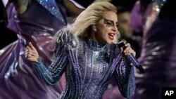 Lady Gaga durante su presentación en el espectáculo de medio tiempo del Super Bowl 51 de la NFL entre los Patriots de Nueva Inglaterra y los Falcons de Atlanta el domingo 5 de febrero de 2017 en Houston.