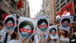 Người dân Hong Kong biểu tình phản đối dự luật dẫn độ sang Trung Quốc, họ giơ biểu ngữ có hình bà Đặc khu trưởng Carie Lam hôm 9/10/2019.