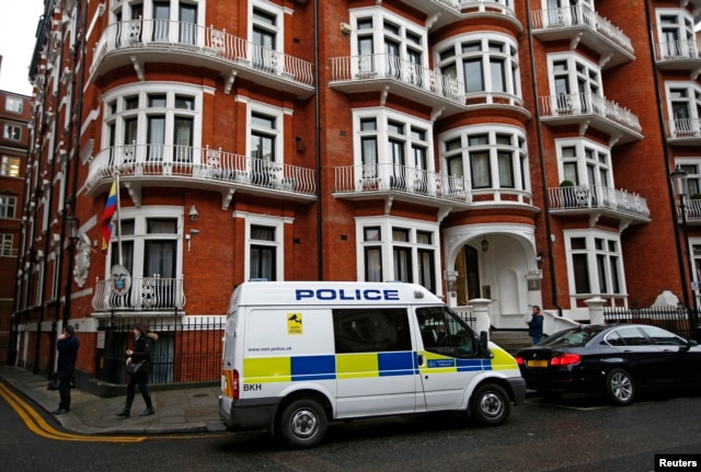 A police van waits outside the Ecuadorian embassy in central London, Britain, Feb. 5, 2016.