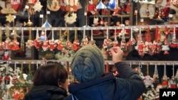 Ouverture à Strasbourg en France du 450ème marché de Noël traditionnel le 22 novembre 2019.