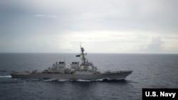 美国海军迪凯特号驱逐舰2016年10月13日在南中国海巡航 (美国海军照片)