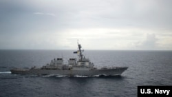 Kapal perusak milik Amerika, USS Decatur (DDG 73), saat melintasi Laut China Selatan, 13 Oktober 2016 (Foto: dok).