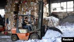 上海的一家纸质产品回收站(资料照)