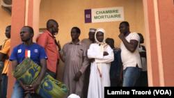 Des membres des familles des victimes attendant les corps, Ouagadougou le 09 novembre 2019 (VOA/Lamine Traoré)