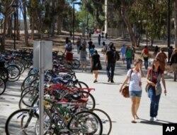 大学鼓励学生骑乘脚踏车上学,以减少废气排放