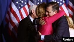 تد کروز بعد از اعلام کناره گیری از انتخابات، کارلی فیورینا، یار انتخاباتی خود را در آغوش گرفته است.
