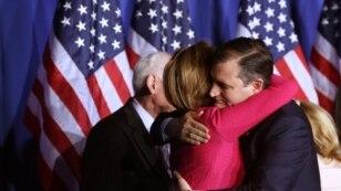 Kandidat calon presiden Partai Republik, Ted Cruz, memeluk kandidat cawapresnya, Carly Fiorina, sebelum mengumumkan pengunduran diri dari kompetisi kepresidenan di Indianapolis, Indiana (3/5). (Reuters/Chris Bergin)