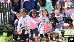 Niños visitantes de la Casa Blanca durante la Carrera de Huevos de Pascua en 2016.