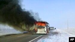 Sebuah bus terbakar di sebuah jalan dekat desa Kalybai, Kazakhstan, 18 Januari 2018. Pejabat darurat Kazakhstan mengatakan 52 orang dari 57 penumpang bus tewas dalam kebakaran tersebut. (Foto: Kazakhstan Ministry for Emergency Situations via AP)