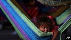 Foto de archivo del 10 de marzo del 2018, en la que una niña indígena de Venezuela descansan en un albergue en Paracaima, Brasil