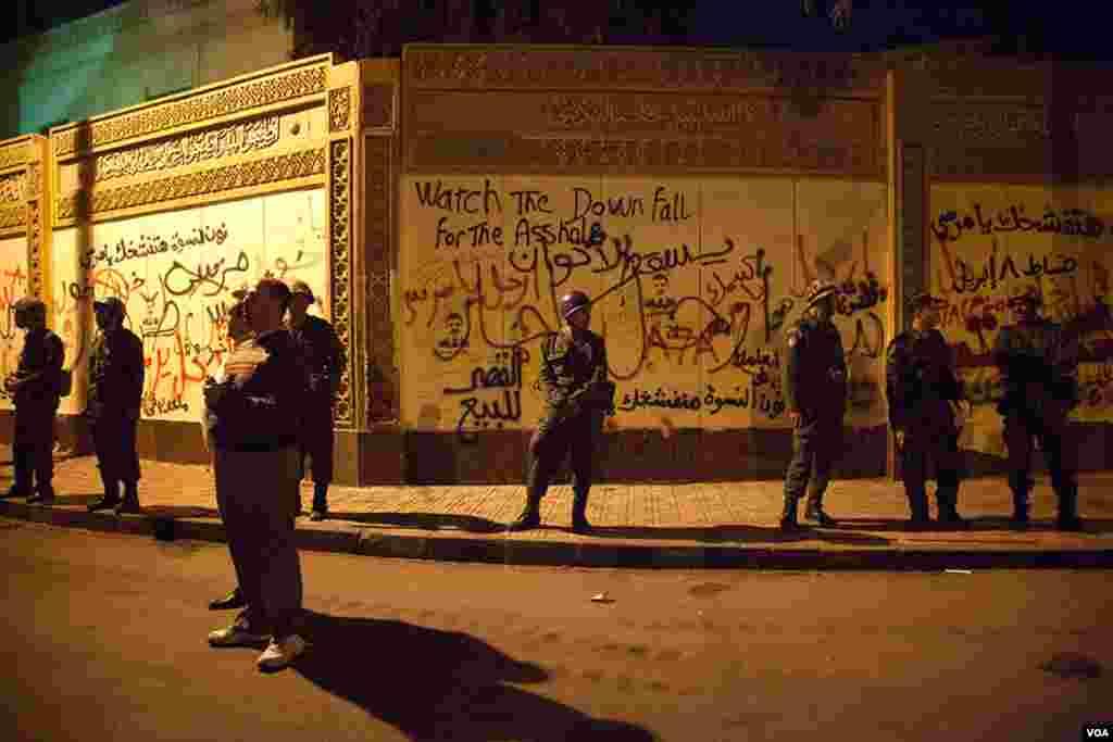 카이로 대통령궁 주변을 지키는 군인들.