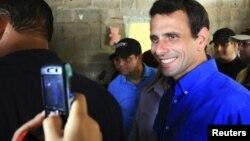 Recientemente, el candidato presidencial de la oposición, Henrique Capriles Radonski, instó a los jóvenes a inscribirse en el registro electoral.