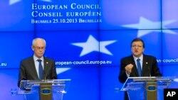 欧洲理事会主席范龙佩(左)和欧盟委员会主席巴罗佐10月25日在布鲁塞尔欧盟峰会的记者会上