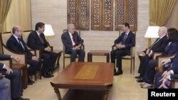 Presiden Suriah Bashar al-Assad (tengah kanan) menerima utusan perdamaian internasional Lakhdar Brahimi di Damaskus hari Sabtu (15/9).