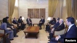 叙利亚总统阿萨德(中右)9月15日在大马士革会见联合国的叙利亚和平特使卜拉希米(中左)