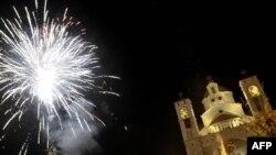 Pháo bông mừng Giáng Sinh trên bầu trời thủ đô Podgorica của Montenegro