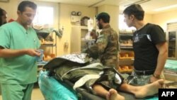 Các bác sĩ chữa trị cho một bệnh nhân bị thương tại bệnh viện ở Kandahar, Afghanistan