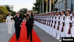 时任广州军区副司令员兼南海舰队司令员的沈金龙陪同新西兰皇家海军司令杰克·斯蒂尔少将在湛江检阅仪仗队。(2015年1月14日)