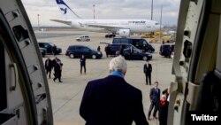 این عکس در زمان سفر جان کری به اتریش برای اعلام توافق هسته ای گرفته شد که در مقابل وی، هواپیمای ایران ایر قرار دارد.