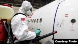 资料照:2020年3月13日,台湾防化兵在对从武汉飞抵桃园机场的包机进行防疫消毒作业。(照片来源:台湾国防部军闻社)