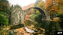 Sebuah taman kota 'Rhododendronpark' Kromlau pada saat musim gugur di Kromlau, Jerman (foto: dok). Jerman menempati peringkat pertama negara terbaik di dunia.