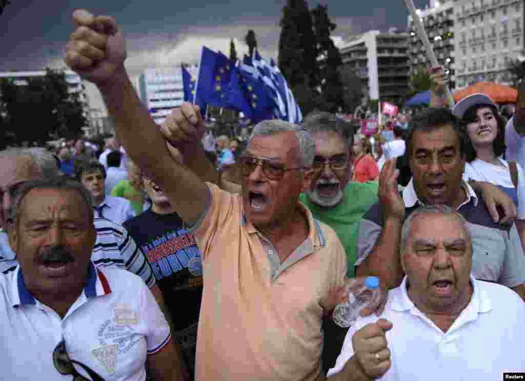 Warga yang mendukung keikutsertaan Yunani dalam zona Euro melakukan unjuk rasa di depan parlemen di Athena, Selasa (30/6). (Reuters/Marko Djurica)