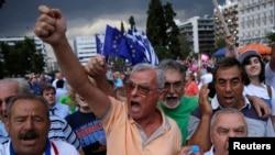 Warga Yunani yang mendukung keikutsertaan Yunani dalam zona Euro melakukan unjuk rasa di depan parlemen di Athena, Yunani, Selasa (30/6).