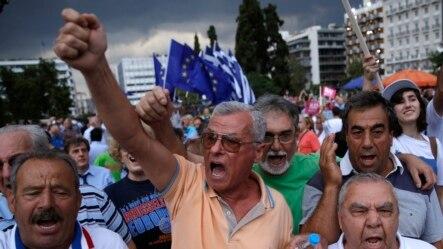支持欧元的示威者在希腊雅典的议会大厦前举行集会 (2015年6月30日)