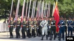 在人民大會堂前接受習近平檢閱的解放軍(美國之音東方拍攝)
