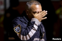 纽约一警官为同事被杀落泪