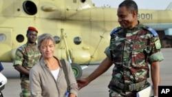 Beatrice Stockly, seorang misionaris Kristen warga Swiss, tiba dengan helikopter dari Timbuktu setelah diculik militan di Mali utara pada bulan April 2012 (foto: dok).